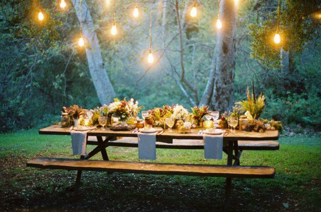 Cena-in-giardino-per-una-festa-romantica-estiva.